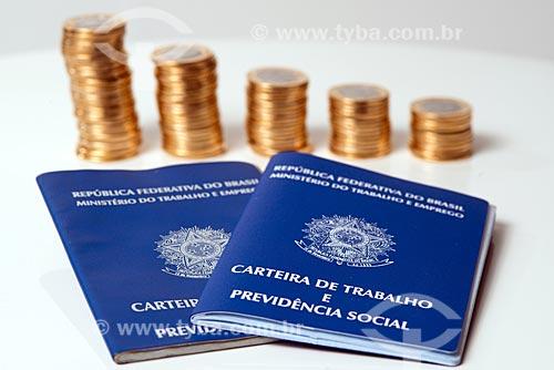 Moeda Brasileira - Real - moedas de 1 real empilhadas com carteira de trabalho   - Rio de Janeiro - Rio de Janeiro (RJ) - Brasil