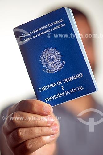 Detalhe de homem segurando carteira de trabalho  - Rio de Janeiro - Rio de Janeiro (RJ) - Brasil