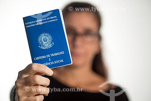 Detalhe de mulher segurando carteira de trabalho  - Rio de Janeiro - Rio de Janeiro (RJ) - Brasil