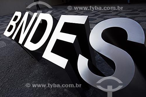 Logotipo do Banco Nacional de Desenvolvimento Econômico e Social (BNDES) em frente à sede  - Rio de Janeiro - Rio de Janeiro (RJ) - Brasil