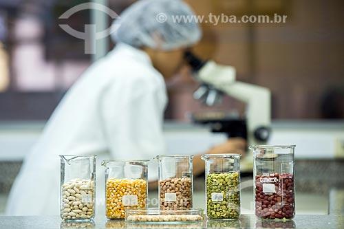 Grãos separados para análise em laboratório de fábrica em indústria alimentícia  - Rio de Janeiro - Rio de Janeiro (RJ) - Brasil