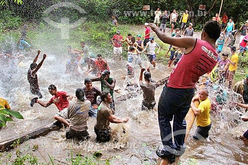 Homens celebram terem alcançado o Rio Pepital durante a busca do mastro da bandeira do Divino  - Alcântara - Maranhão (MA) - Brasil