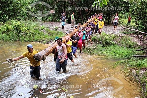 Homens durante a busca do mastro da bandeira do Divino  - Alcântara - Maranhão (MA) - Brasil