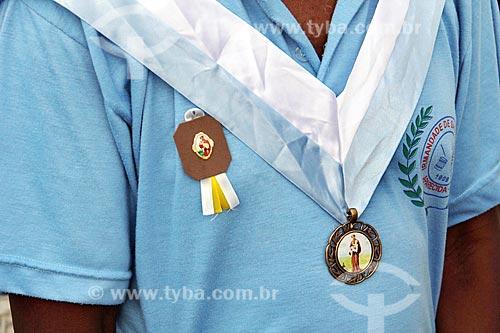 Detalhe de broche em membro da Irmandade de São Benedito durante a festa de São Benedito  - Aparecida - São Paulo (SP) - Brasil