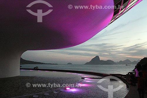 Museu de Arte Contemporânea de Niterói (1996) - parte do Caminho Niemeyer - com iluminação especial - rosa - devido à campanha Outubro Rosa  - Niterói - Rio de Janeiro (RJ) - Brasil