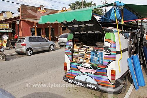 Kombi que funciona como o Sebo Cultural Paraty  na Avenida Roberto Silveira  - Paraty - Rio de Janeiro (RJ) - Brasil