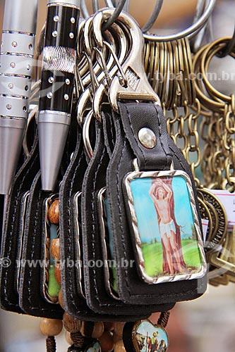 Detalhe de souvenirs à venda na frente da Paróquia de São Sebastião dos Frades Capuchinhos durante a procissão em celebração à São Sebastião  - Rio de Janeiro - Rio de Janeiro (RJ) - Brasil