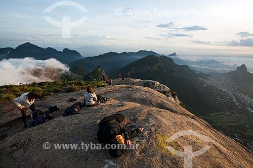 Pessoas observando o amanhecer a partir da Pedra da Gávea  - Rio de Janeiro - Rio de Janeiro (RJ) - Brasil