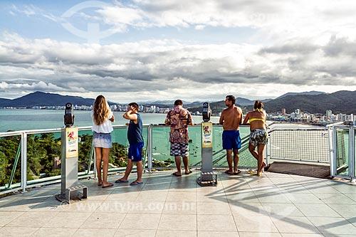 Turistas observando a vista a partir do Mirante do Encanto no Morro do Cabeço  - Itapema - Santa Catarina (SC) - Brasil