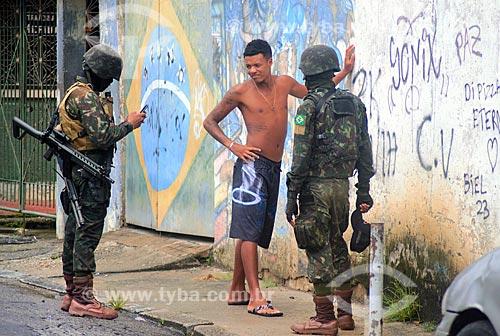 Revista corporal durante o patrulhamento do Exército Brasileiro no bairro da Vila Kennedy - Intervenção Federal no Estado do Rio de Janeiro  - Rio de Janeiro - Rio de Janeiro (RJ) - Brasil