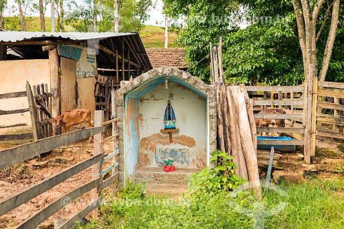 Detalhe de oratório católico com a imagem de Nossa Senhora Aparecida em curral na zona rural da cidade de Guarani  - Guarani - Minas Gerais (MG) - Brasil