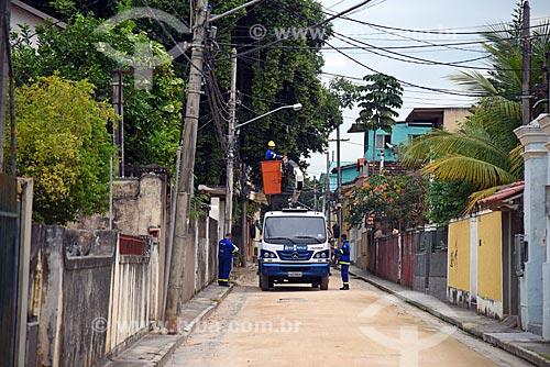 Funcionários da Companhia Municipal de Energia e Iluminação (Rioluz) fazendo a manutenção da rede elétrica na Ilha de Paquetá  - Rio de Janeiro - Rio de Janeiro (RJ) - Brasil