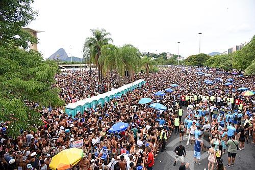 Desfile do bloco de carnaval de rua Chora Me Liga - da dupla sertaneja João Lucas & Matheus - com o Pão de Açúcar ao fundo  - Rio de Janeiro - Rio de Janeiro (RJ) - Brasil