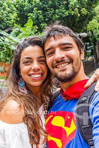 Detalhe de casal durante o desfile do bloco de carnaval de rua Gigantes da Lira  - Rio de Janeiro - Rio de Janeiro (RJ) - Brasil