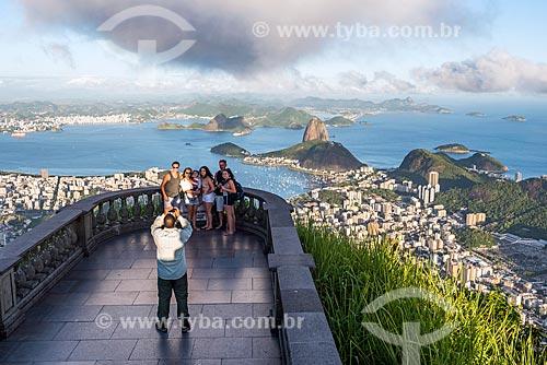 Turistas fotografando no mirante do Cristo Redentor com o Pão de Açúcar ao fundo  - Rio de Janeiro - Rio de Janeiro (RJ) - Brasil