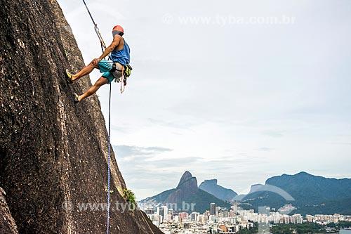 Detalhe de alpinista durante a escalada do Morro do Cantagalo  - Rio de Janeiro - Rio de Janeiro (RJ) - Brasil