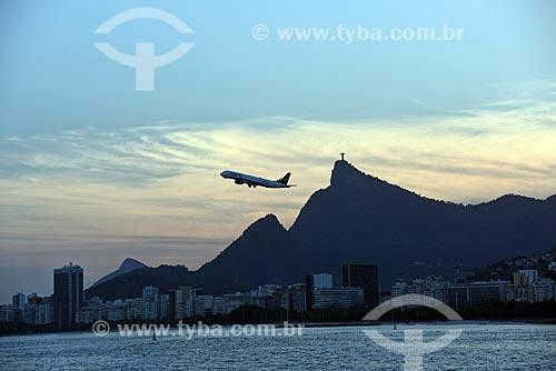 Vista de avião decolando do Aeroporto Santos Dumont durante o Rio Boulevard Tour - passeio turístico de barco na Baía de Guanabara  - Rio de Janeiro - Rio de Janeiro (RJ) - Brasil