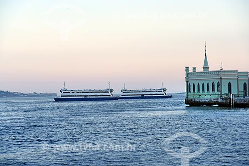 Vista de barca que faz a travessia entre Rio de Janeiro e Niterói durante o Rio Boulevard Tour - passeio turístico de barco na Baía de Guanabara - com o castelo da Ilha Fiscal  - Rio de Janeiro - Rio de Janeiro (RJ) - Brasil