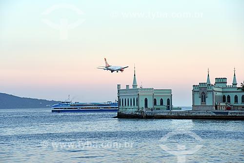 Vista de avião aterrisando no Aeroporto Santos Dumont durante o Rio Boulevard Tour - passeio turístico de barco na Baía de Guanabara - com o castelo da Ilha Fiscal  - Rio de Janeiro - Rio de Janeiro (RJ) - Brasil
