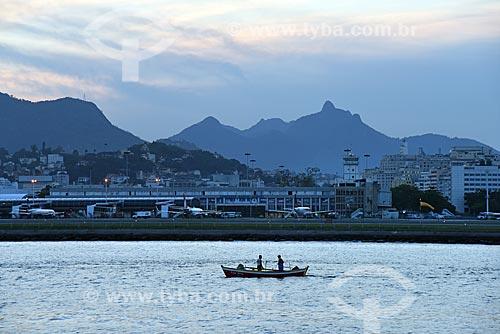 Vista de canoa com o Aeroporto Santos Dumont  ao fundo durante o Rio Boulevard Tour - passeio turístico de barco na Baía de Guanabara  - Rio de Janeiro - Rio de Janeiro (RJ) - Brasil