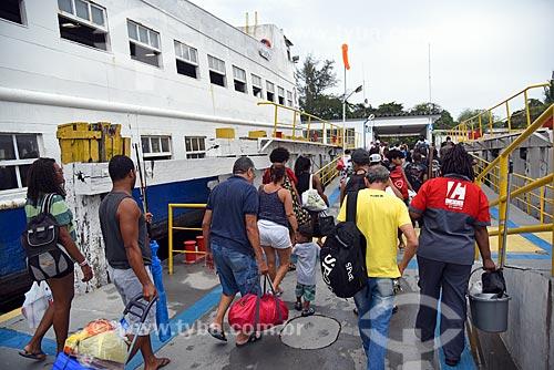 Desembarque de passageiros na barca que faz a travessia entre Rio de Janeiro e a Ilha de Paquetá  - Rio de Janeiro - Rio de Janeiro (RJ) - Brasil