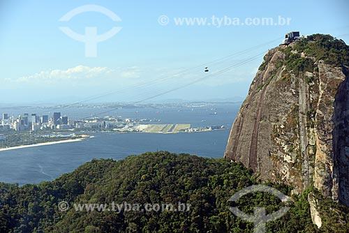 Foto aérea de bondinho fazendo a travessia entre o Morro da Urca e o Pão de Açúcar com o Aeroporto Santos Dumont ao fundo  - Rio de Janeiro - Rio de Janeiro (RJ) - Brasil