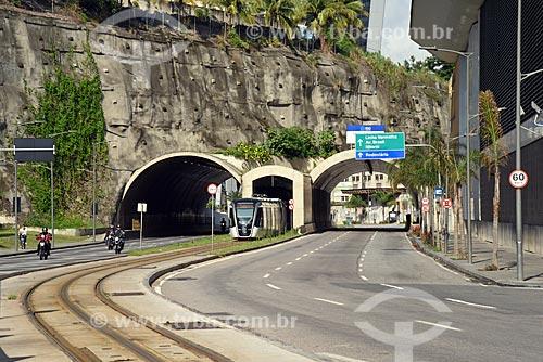 Veículo leve sobre trilhos transitando na Via Binário do Porto  - Rio de Janeiro - Rio de Janeiro (RJ) - Brasil