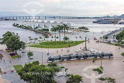 Vista do veículo leve sobre trilhos transitando na  Praça Mauá  - Rio de Janeiro - Rio de Janeiro (RJ) - Brasil