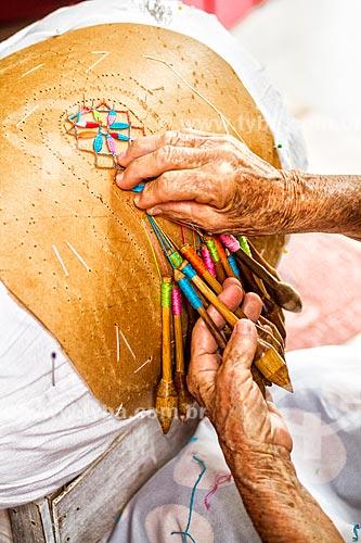 Detalhe de mulher idosa tecendo em renda de bilro  - Florianópolis - Santa Catarina (SC) - Brasil