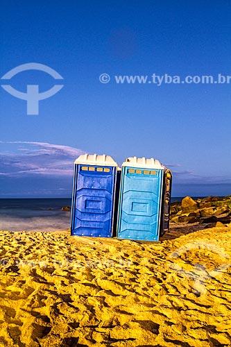 Banheiros químicos na Praia do Morro das Pedras durante o anoitecer  - Florianópolis - Santa Catarina (SC) - Brasil
