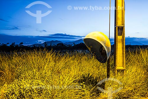 Telefone público em terreno baldio ao anoitecer  - Florianópolis - Santa Catarina (SC) - Brasil