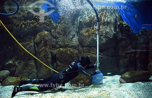 Mergulhador limpando o aquário do AquaRio - aquário marinho da cidade do Rio de Janeiro  - Rio de Janeiro - Rio de Janeiro (RJ) - Brasil