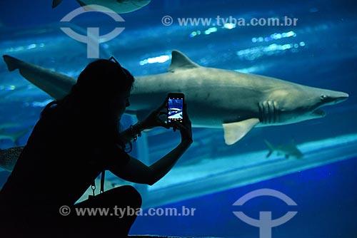 Silhueta de mulher fotografando tubarão no AquaRio - aquário marinho da cidade do Rio de Janeiro  - Rio de Janeiro - Rio de Janeiro (RJ) - Brasil