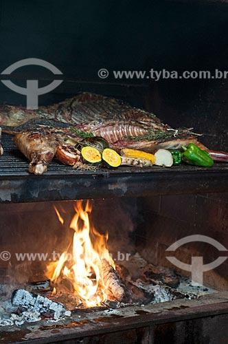 Detalhe de assado de cordeiro na brasa  - Canela - Rio Grande do Sul (RS) - Brasil