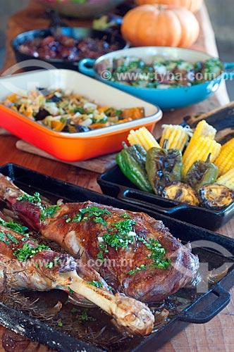 Detalhe de mesa posta para refeição com assado de cordeiro na brasa  - Canela - Rio Grande do Sul (RS) - Brasil