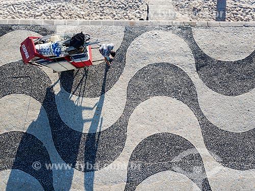 Foto feita com drone de vendedor ambulante no calçadão da Praia de Copacabana  - Rio de Janeiro - Rio de Janeiro (RJ) - Brasil