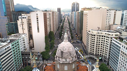 Foto feita com drone da Igreja de Nossa Senhora da Candelária (1609) com a Avenida Presidente Vargas (1944) ao fundo  - Rio de Janeiro - Rio de Janeiro (RJ) - Brasil
