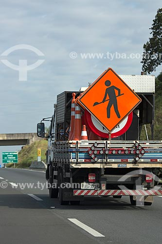 Caminhão com placa de obras na Rodovia dos Bandeirantes (SP-348) - sentido norte  - São Paulo - São Paulo (SP) - Brasil