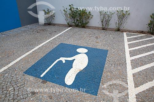 Detalhe de sinalização de vaga para idoso em estacionamento  - Sumaré - São Paulo (SP) - Brasil