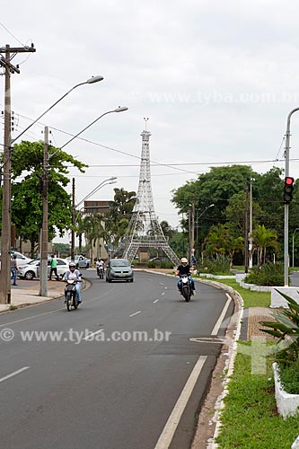 Tráfego na Avenida Visconde do Rio Claro com a réplica da Torre Eiffel em Rio Claro ao fundo  - Rio Claro - São Paulo (SP) - Brasil