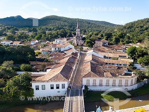 Foto feita com drone do Museu Casa de Cora Coralina - casa em que a escritora Cora Coralina viveu - com a Igreja Matriz de Nossa Senhora do Rosário (1761) ao fundo  - Goiás - Goiás (GO) - Brasil