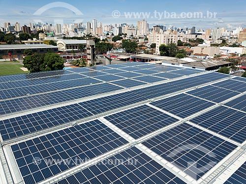 Foto feita com drone de painéis solares fotovoltaicos no telhado do Assaí Atacadista  - Goiânia - Goiás (GO) - Brasil