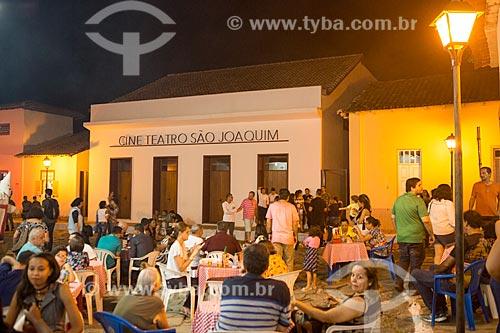 Mesas de bar em rua na cidade de Goiás com o Cine Teatro São Joaquim (1857) ao fundo  - Goiás - Goiás (GO) - Brasil