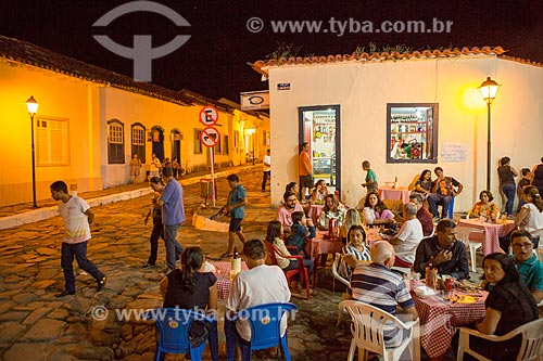 Mesas de bar em rua na cidade de Goiás  - Goiás - Goiás (GO) - Brasil