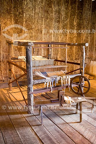 Detalhe de tear, roda de fiar e descaroçador - parte do acervo permanente - em exibição no Museu das Bandeiras (1766) - antiga Cadeia e Câmara Municipal  - Goiás - Goiás (GO) - Brasil
