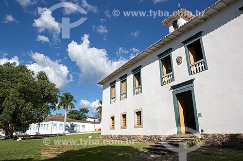 Vista da fachada do Museu das Bandeiras (1766) - antiga Cadeia e Câmara Municipal - a partir da Praça Doutor Brasil Caiado - também conhecida como Praça do Chafariz  - Goiás - Goiás (GO) - Brasil
