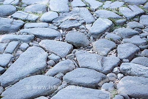 Detalhe de pavimentação conhecida como pé de moleque no centro histórico da cidade de Goiás  - Goiás - Goiás (GO) - Brasil