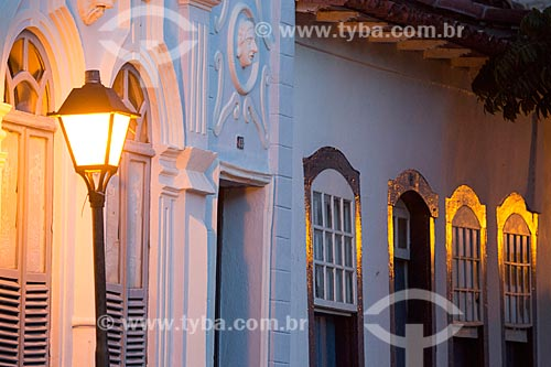 Detalhe de casarios com iluminação urbana no centro histórico da cidade de Goiás  - Goiás - Goiás (GO) - Brasil