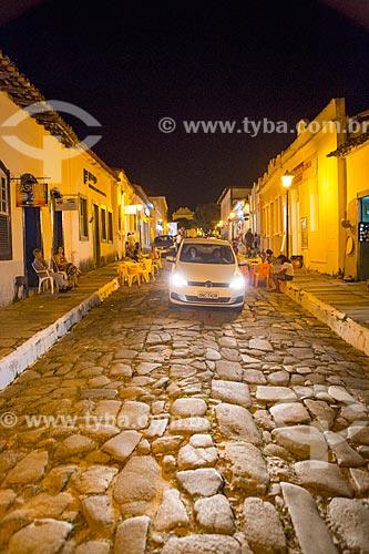 Tráfego na Rua Moretti Foggia com pavimentação conhecida como pé de moleque  - Goiás - Goiás (GO) - Brasil