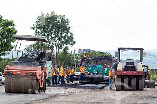 Maquinário para a aplicação de asfalto no Km 5 da Rodovia Jayme Câmara (GO-070) próximo à cidade de Goiás  - Goiás - Goiás (GO) - Brasil